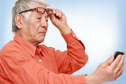 Älterer Herr mit Altersweitsichtigkeit