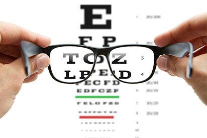Brille mit Sehtstärke vor Sehtesttafel