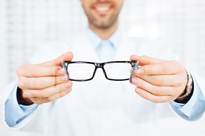 Arzt setzt Brille auf