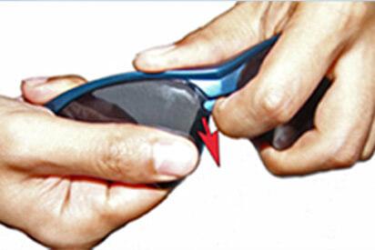 Brillenfassung festhalten