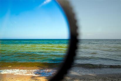 starke Kontraste und satte Farbwahrnehmung mit polarisierendem Glas