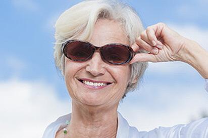 Ältere Dame mit Gleitsicht-Sonnenbrille