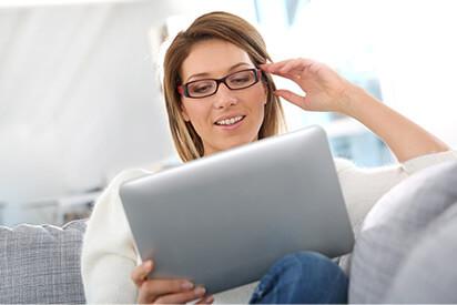 Dame kauft Kontaktlinsen online