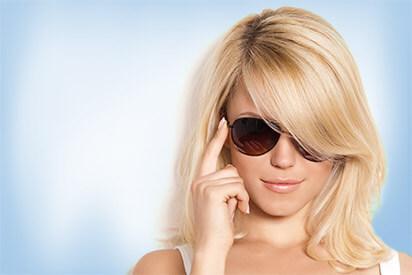 Junge Frau mit Sonnenbrille mit Sehstärke