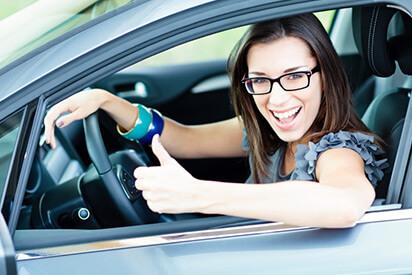 Frau im Auto mit Brille