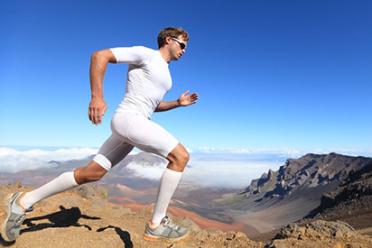 Sportler läuft mit                 Laufbrille durch die Berge
