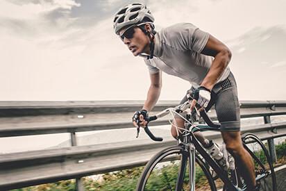 Sportler fährt Rennrad                 mit Fahrradbrille