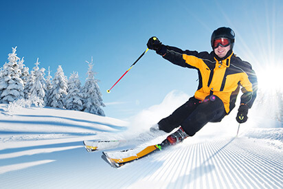 Skifahrer fährt mit                 Skibrille die Piste runter